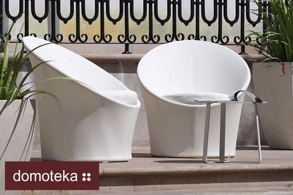 Praktyczny komplet złożony z fotela i stolika, do wyboru w trzech modnych i uniwersalnych kolorach: białym, grafitowym i piaskowym. Niewielkich rozmiarów lekkie meble to doskonały wybór nawet na małe balkony, a dzięki prostych liniach i możliwości wyboru odcienia można je z łatwością dopasować do przestrzeni w każdym stylu. HOUSE&more.
