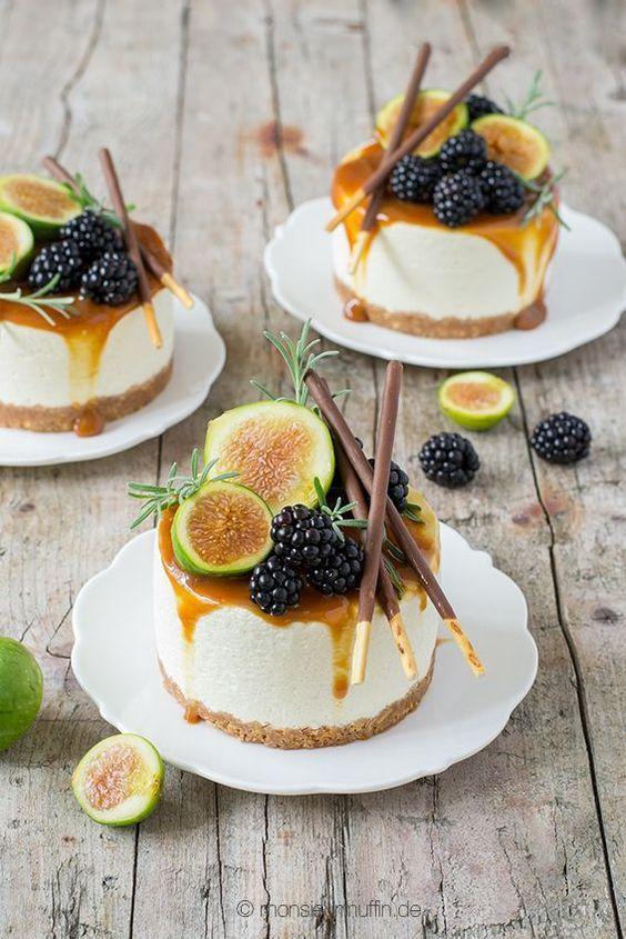 Mikado-Törtchen | Mini-Cheesecake mit Salzkaramell, Feigen und Brombeeren | Mikadotorte | pocky sticks cake | Mikadokuchen | ©️️ monsieurmuffin – Rosemarie Kollatsch