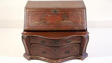 Die kleine Kommode ist in der Zeit des Historismus ca.1880/1900 entstanden. Es ist im chinesischen Stil lackiert und mit chinesischen Motiven bemalt worden. Erheblich beschädigt und sehr einfach gemacht. Wert maximal 300 €