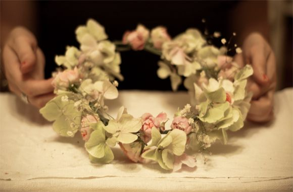 How to create one's own floral wedding headpiece (step by step instruction at the site)