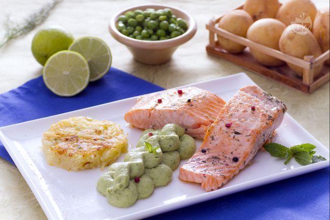 Il filetto di salmone con rosti e crema di piselli è un secondo piatto ricco e gustoso: un delizioso filetto di salmone servito con sfiziosi contorni.