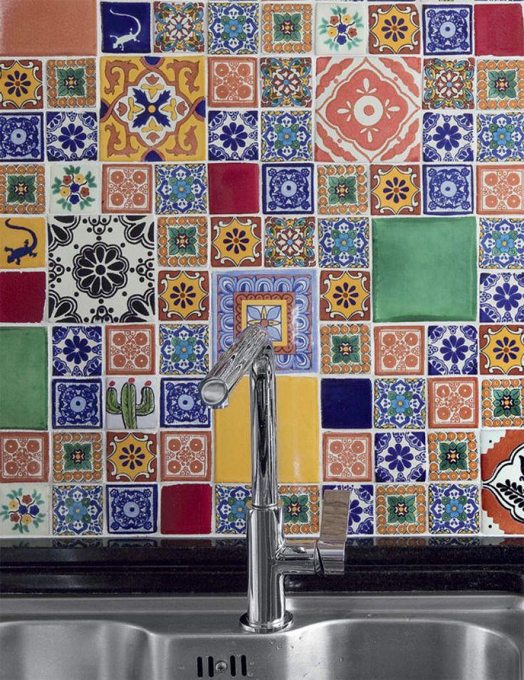 Azulejos mexicanos de estilo Talavera são um achado do morador.