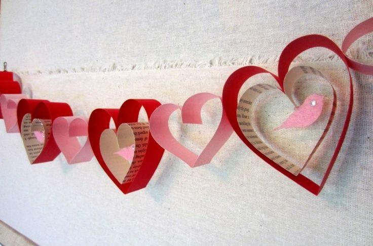 Für diese Bastelidee zum Valentinstag benötigen Sie die Herzenaus Papierstreifen