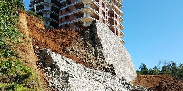 Rize'de inşaatın istinat duvarı çöktü | Okur53
