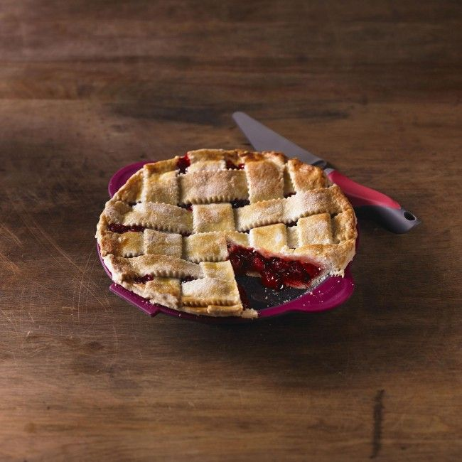 Bake and serve your next perfect pie with a Trudeau Structure Silicone Pie Pan with Server. This non-stick pan ensures even heating and features oven safe silicone.