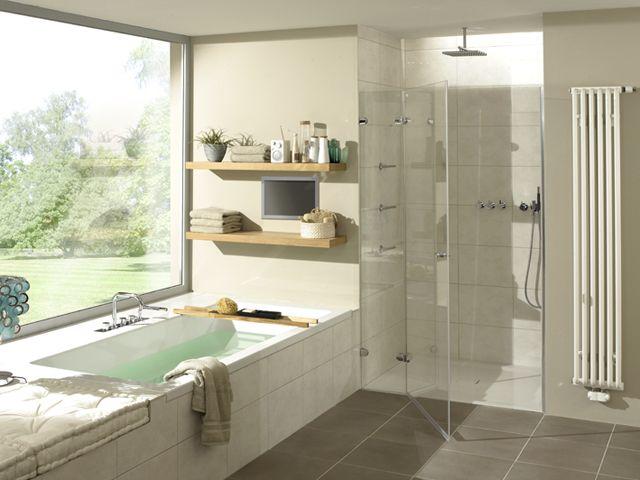 シャワー室があってホーローの浴槽、庭が見える、ニッチの棚、壁はタイル、床は暖かく、床暖かパネルヒーターを入れて、曇りガラスのドアとパーティション、鏡あり、スクエアな感じで