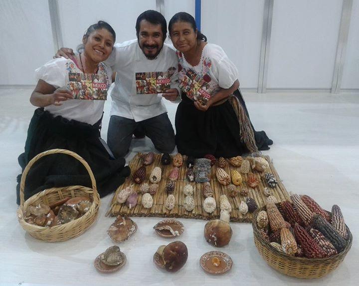 Doña Nicolasa Hernández Muñoz, Dalia Rodríguez Hernández, cocineras tradicionales de Tlaxcala y nuestro delegado Irad Santacruz. Alimentaria 2015.