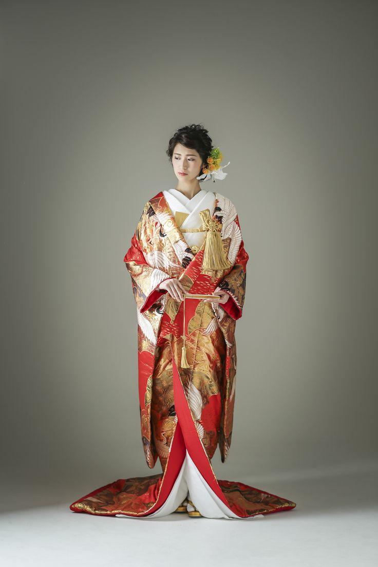 赤色、金色、黒色の絶妙なバランスで織られた打掛はまさに絢爛豪華。長寿のモチーフとして愛される鶴を羽ばたかせ、花嫁にふさわしいゴージャス感を演出します。 古典柄/ゴージャス 鶴/鳳凰をあしらった色打掛 雪輪鶴 赤 白無垢・色打掛をはじめとした結婚式の花嫁衣装を、格安でレンタルできる結婚式着物レンタル専門店【THE KIMONO SHOP−ザ・キモノショップ】古典的な着物や引振袖・紋付袴など婚礼衣装を幅広く取り揃えております【新宿・東京・大阪・福岡】