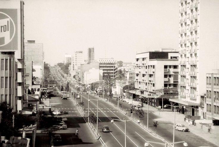A Avenida Pinheiro Chagas em Lourenço Marques (actual Avenida Dr. Eduardo Mondlane) anos 1960.