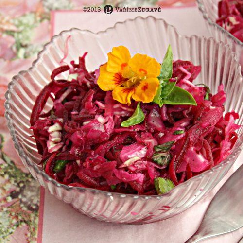 Velmi zdravé: salát z červené řepy a zelí s bazalkou