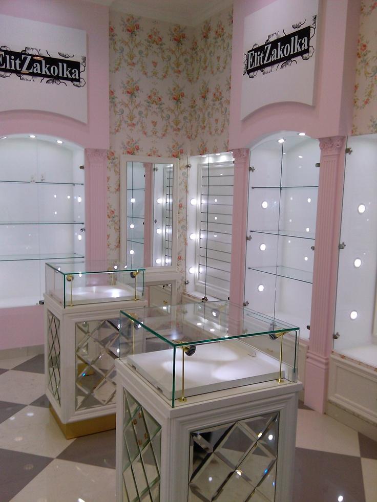 Встроенные витрины и островные прилавки для магазина элитных заколок, изготовленные по индивидуальному дизайн-проекту.