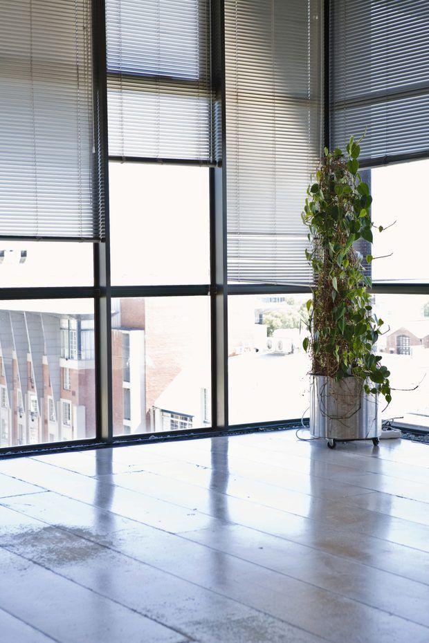 Cómo conectar una barra de cortina para una ventana de esquina