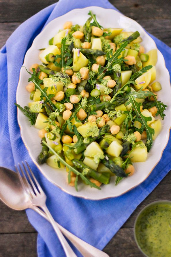 Insalata di patate, asparagi e ceci con pesto di erba cipollina