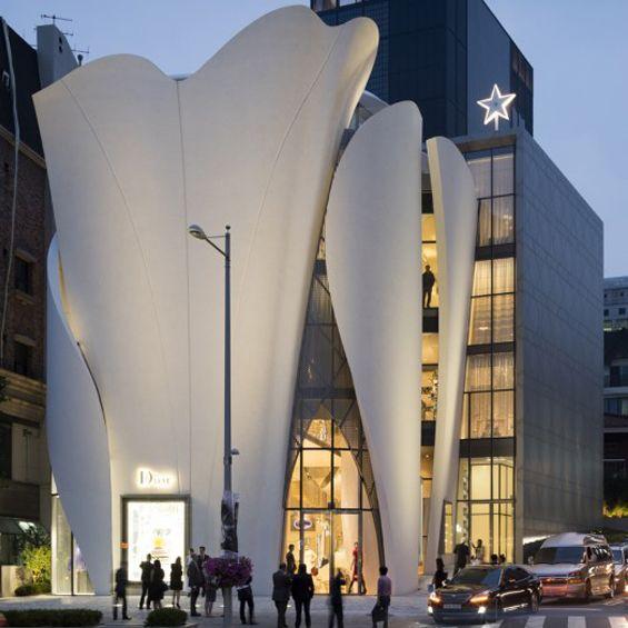 Christian de Portzamparc a imaginé, à Séoul, un nouveau lieu pour Dior profondément inspiré par le travail délicat du fondateur de la maison : Christian Dior qui sculptait les toiles pour ses vêtements. L'architecte a lui, sous des drapés archit...
