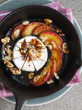 スキレットの余熱を利用してカマンベールをとろけさせる魅惑のレシピ。煮詰めたバルサミコ酢は甘みが増して、カマンベールの風味ととってもよく合います。赤ワインのお供にお勧めのレシピです。
