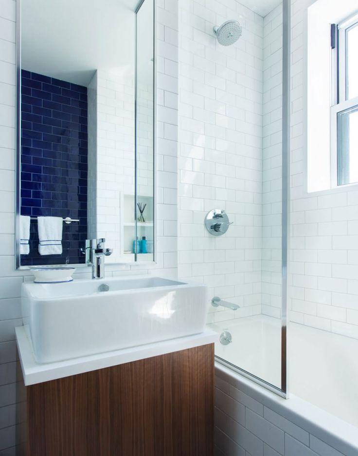On aime le contraste de la tuile bleue dans cette salle de bain!