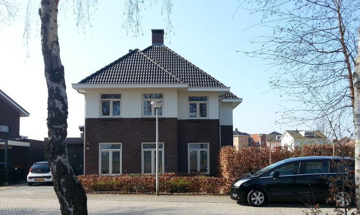 Jaren 30 woning met rode steen en lichte accenten in Raalte (Overijssel) - 01 Architecten - Ontworpen door Dennis Kemper tijdens de periode...