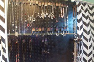 For home parties or trade shows, it's great to have inexpensive jewelry displays that you can easily build yourself. Take a look at this tutorial.