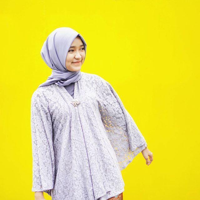 Entah lagi pose gaya apa yang penting foto gara-gara backgroundnya lucu kuning  .  Comfortable brokat kimono from @haideeorlin   #abiskondangan #ootd #hijabootd