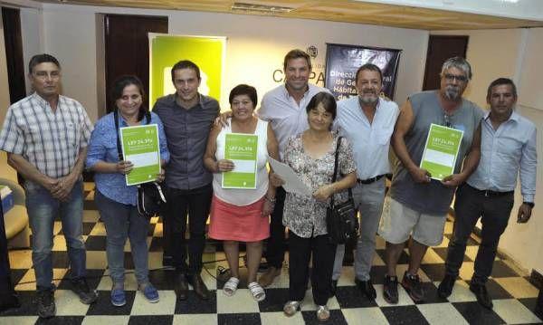 Cuarenta y seis familias de la ciudad recibieron las escrituras de sus viviendas