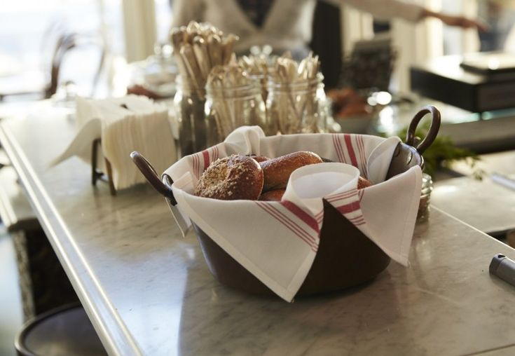 Белый мраморный стол в интерьере кафе в стиле ретро