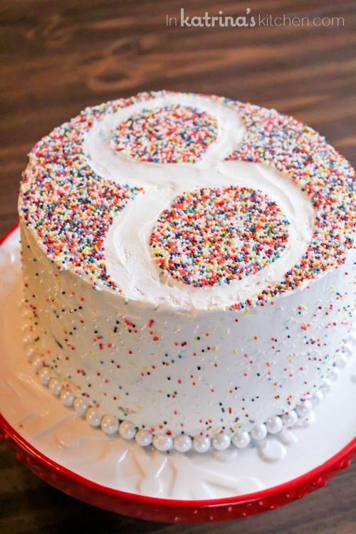 Torta decorada con confeti de azúcar, de una forma sencilla y única como lo es el numero de años. #TortaDeCumple