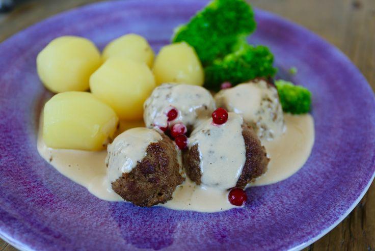 Köttbullar med kokt potatis och gräddsås