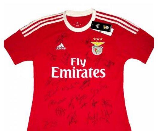 Camisola autografada pelo plantel do Benfica em leilão solidário.