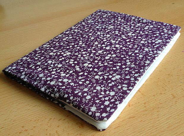 Pour personnaliser les affaires scolaires de vos enfants, confectionnez-leur de jolis protège-cahiers en tissu pour recouvrir cahiers, agendas ou cahiers de textes. Matériel  un tissu principal (qui formera le protège-cahier) un tissu secondaire ...