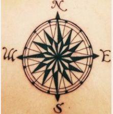 Tatuaggio rosa dei venti o stella polare