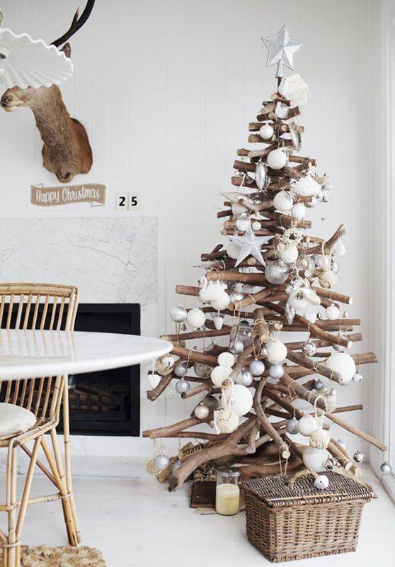 Albero di Natale decorazioni e idee da copiare rami secchi palline bianche stella argento decorazioni bianco cesta vimini tavola sedia bianca