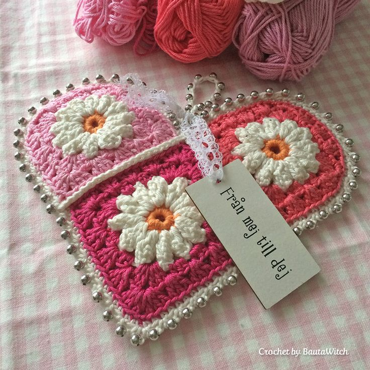 When I finished my picture made by granny squares with daisies I had a few squares left over. BTW – thank you so much for the attention it received! Amazing! :) As you know by now, I love hea…