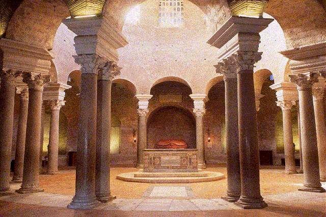 Roma, Mausoleo di Costanza. Mausoleo è una tomba monumentale che adotta il nome da una delle sette meraviglie del mondo antico dal nome del grande re di caria Mausolo. prsenta una pianta centrale con una doppia fila di colonne