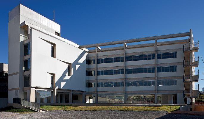 Internamente, a construção se volta para o pátio aberto, com generosas janelas. À esquerda está o bloco dos elevadores; à direita, o dos ambientes corporativos