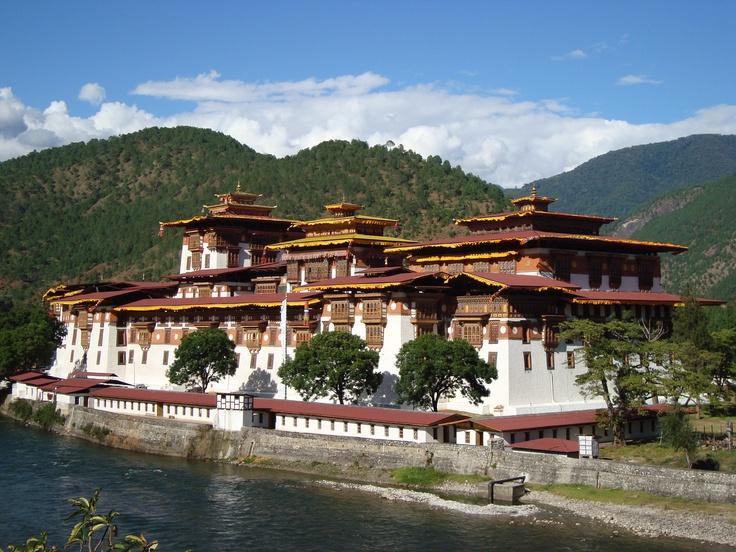 Wapperende gebedsvlaggen, mystieke kloosterforten, monniken met pijl en boog, groene valleien met opreizende witte bergreuzen; welkom in het land van de donderende draak, Bhutan.
