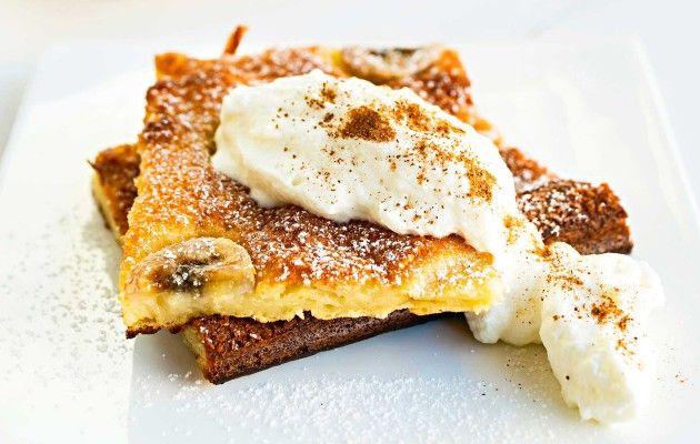 Perinteinen pannukakku saa tässä ohjeessa uudet mausteet suklaasta ja banaanista. Banaanipannukakku maistuu koko perheelle. 1. Mitaa kulhoon vehnäjauhot, sokeri, leivinjauhe, suola, vaniljasokeri ja inkivääri. Sekoita ainekset hyvin sekaisin. 2. Vispilöi joukkoon maito ja viimeisenä kananmunat sekä sulatettu, jäähtynyt rasva. Anna taikinan turvota hetki. 3. Kaada taikina leivinpaperilla peitettyyn uunipannuun. Viipaloi banaanit ja levitä viipaleet taikinalle. …