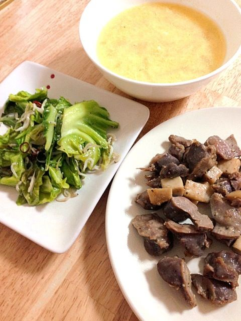 ただいま息子ががっついております♡ 私もいただきます(=゚ω゚)ノ - 21件のもぐもぐ - 砂肝とエリンギのガーリック炒め、キャベツのペペロンチーノ、卵スープ by mikasoa