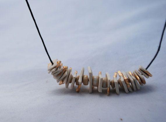 Le collier est fait à la main avec la pâte à papier rend léger et confortable. Cuisson à haute température pour assurer sa résistance aux petites bosses et orné de feuilles d'or. Le résultat est un bijou élégant et informel d'utiliser confortablement tous les jours.  Collier longueur: 22 cm  https://www.facebook.com/CeramicaFonoll/