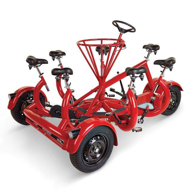 Il y a quelque chose d'assez déroutant à voir sept personnes assises en cercle pédaler autour d'un volant pour faire avancer un tricycle. Si vous voulez suer face à 6 de vos amis il vous faudra débourser la modique somme de 20 000€, ce qui est plus cher que sept tricycles.