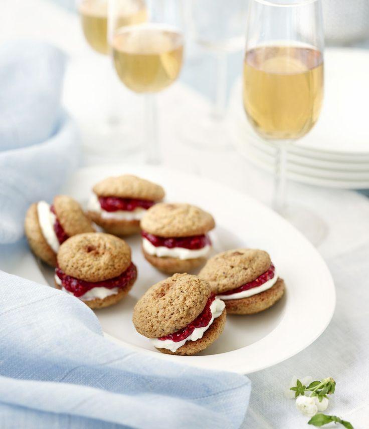 Rouhevissa pähkinäkakuissa on mehevä täyte. Nappaa resepti talteen: http://www.dansukker.fi/fi/resepteja/pahkinakakut.aspx #pahkinakakut #juhlat #resepti #ohje