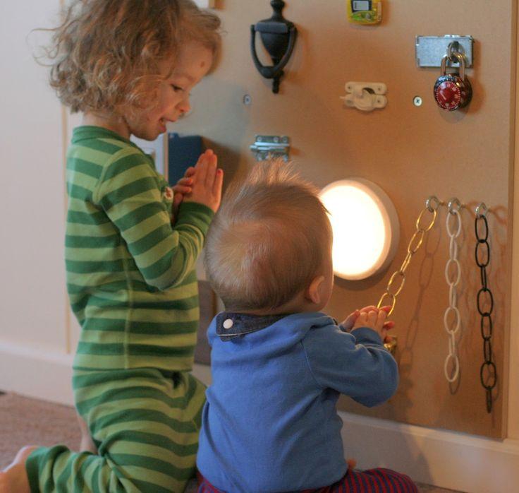 Een groot bord maken met verschillende elementen op, harde en zachte elementen, met en zonder geluid, licht en geen licht  ... . Zo leert het kind het geluid stimuleren, de verzorgende benoemt de dingen en de baby luistert ernaar, stimuleren van de fijne motoriek door eraan te voelen, waarnemen en geheugen stimuleren door bv. iets maakt geluid, kind onthoud dat.