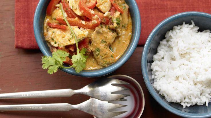 Gerade mal 15 Minuten braucht die Zubereitung dieses nussigen Currys: Hähnchen-Erdnuss-Curry mit Paprika und Koriander | http://eatsmarter.de/rezepte/haehnchen-erdnuss-curryhttp://eatsmarter.de/rezepte/haehnchen-erdnuss-curry