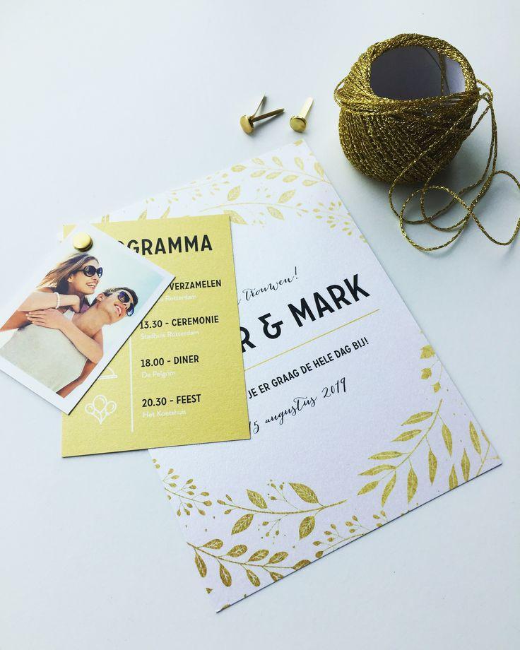 Mooie trouwkaart met gouden bloemen en bladeren. Binnenin is er ruimte voor jullie namen. Leuk idee: bestel er een programma label en foto label bij en maak zo een origineel pakketje van jullie trouwkaart.  | Trouwkaart | Trouwkaarten | Trouwkaartje | Trouwkaartjes | Kaart | Uitnodiging | Label | DIY |