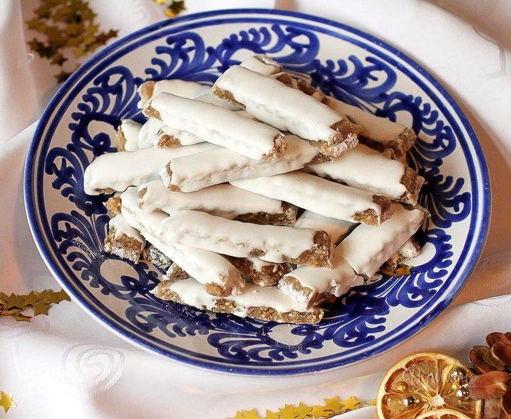 Orechové štangličky                                                            250 gorechy vlašské 250 gcukor mletý (práškový) 2 ksvaječný žĺtok 1 PLdžem pikantný Poleva: 160 gcukor mletý (práškový) 1 ksvaječný bielok 1/2 KLšťava citrónová