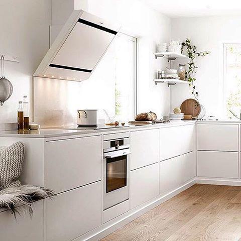 Vitt, fräscht och stilrent! Vertikal i Ballingslövs kök Bistro. #repost @ballingslovab #fjäråskupan #ballingslöv #bistro #svenskt #hantverk #design #inspiration #ballingslövkök #vitt #stilrent #kök #kitchen #köksfläkt