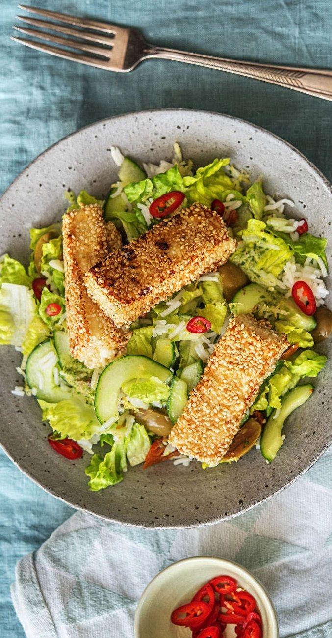 Step by Step Rezept: Sesam-Hirtenkäse auf Zitrus-Reis-Salat mit getrockneten Tomaten und Oliven.  Schnell / 25 Minuten / Veggie / Vegetarisch / Gesund / Salat / Käse   #hellofreshde #gesund #diy #rezept #kochen #salat