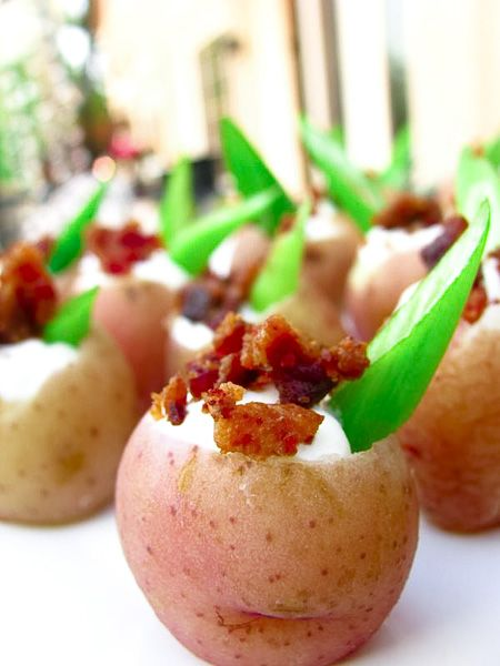 Tiny potatoes topped with sour cream, chives, and bacon bitsSour Cream, Tiny Potatoes, Potatoes Tops, Baking Potatoes, Red Potatoes, Potatoes Filling, Tiny Red, Bacon Bit, Hors D Oeuvres