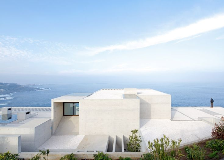 Casa MO by Gonzalo Mardones Viviani nestles against Chile's coastline #volume #beton #gevel