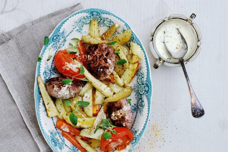 Rundsburgers met geroosterde wortelgroenten en warme knoflook-oreganosaus