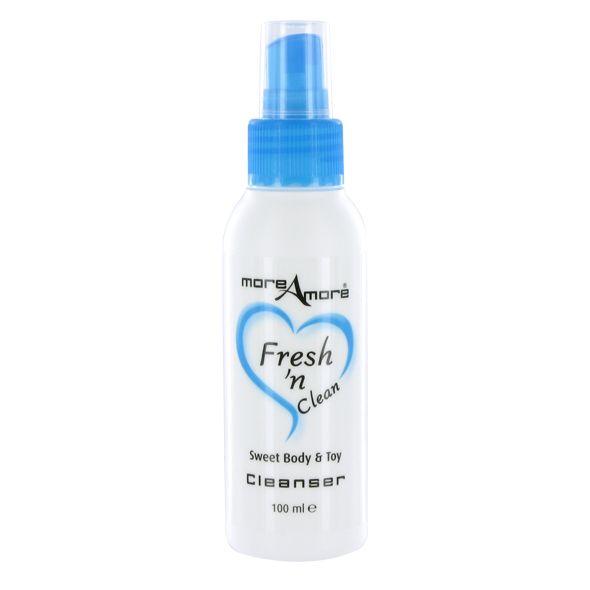More Amore Fresh'nClean 50ml puhdistusnesteellä puhdistat helposti ja näppärästi erilaiset lelut sekä myös vartalon. Tällä lievästi desinfioivalla puhdistusnesteellä huolehdit helposti välineiden hygieniasta kun puhdistat ne aina käytön jälkeen!